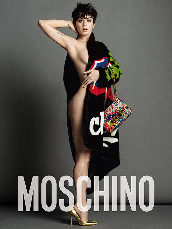 Katy showing some skin in this half covered thick coat and wearing a multi-colored Moschino chain bag. Courtesy: Moshino